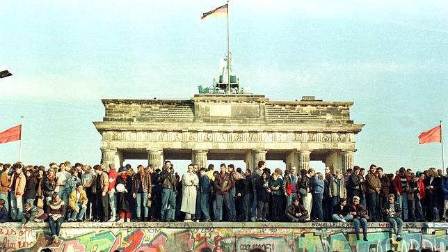El Muro de Berlín, invadido por alemanes de uno y otro lado junto a la Puerta de Brandenburgo el 9 de noviembre de 1989