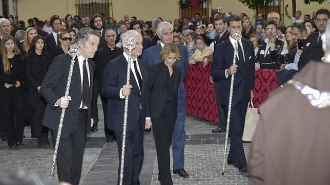 Alfonso Diez, y los hijos de la duquesa, Carlos, Eugenia y Cayetano, a la llegada a la iglesia de la Hermandad de los Gitanos