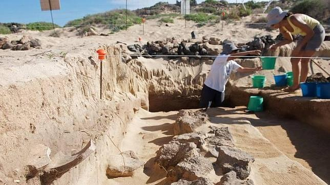 Trabajos de excavación en el yacimiento con restos romanos descubierto en la Isla de Lobos en 2012