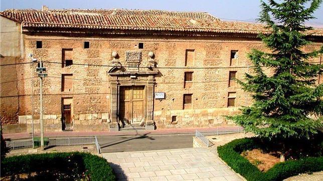 Fachada principal del Palacio de los Condes de Aranda, en Épila (Zaragoza), donado por Cayetana de Alba al Ayuntamiento en 1988
