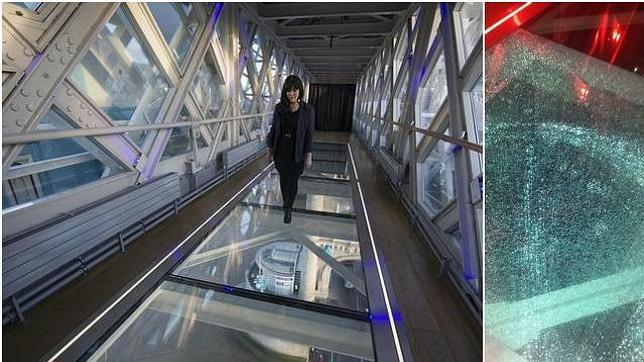 La pasarela de cristal de Tower Bridge, y el panel roto, fotografiado por Peter Gordon, uno de los visitantes de la atracción