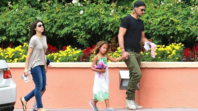 Gabriel Aubrie junto a la pequeña Nahla