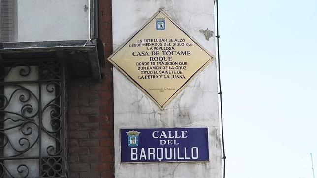 Placa que recuerda en la calle Barquillo el lugar donde se encontraba la Casa de Tócame Roque