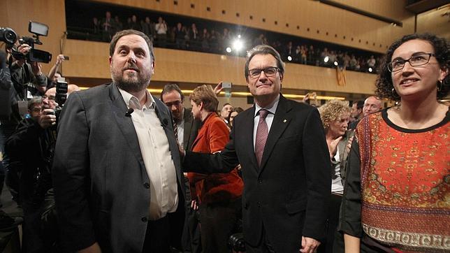 El líder de ERC, Oriol Junqueras, saluda al presidente de la Generalitat, Artur Mas,