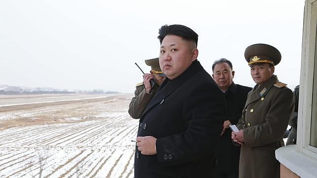 Kim Jong-un, con varios militares de Corea del Norte