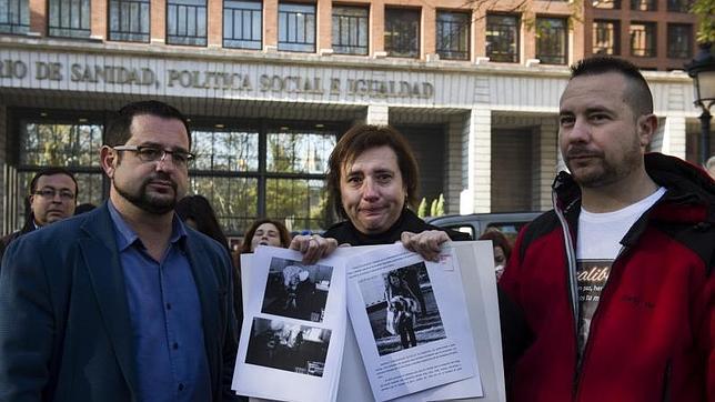 Teresa Romero y Javier Limón, el pasado jueves frente al Ministerio de Sanidad