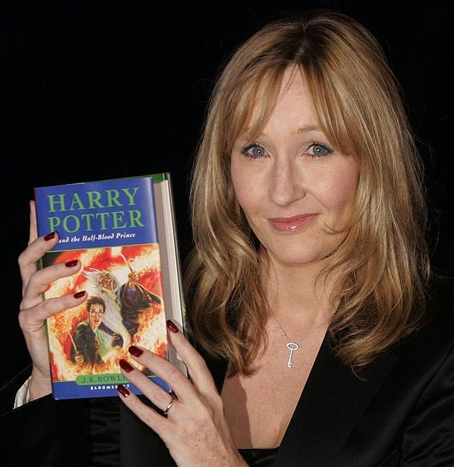 J. K. Rowling sostiene un ejemplar de «Harry Potter y el misterio del príncipe» en julio de 2005