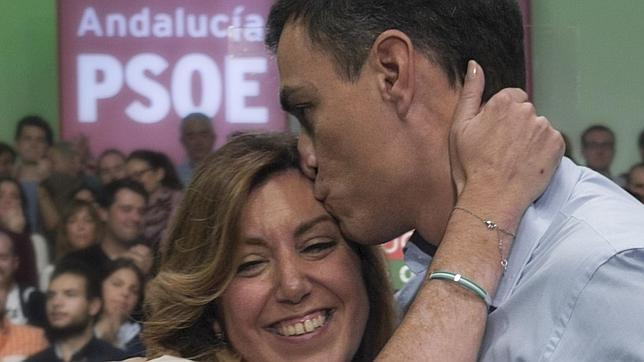 Susana Díaz y Pedro Sánchez se abrazan