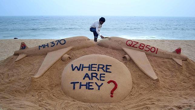 Escultura en la arena en recuerdo a los dos aviones desaparecidos