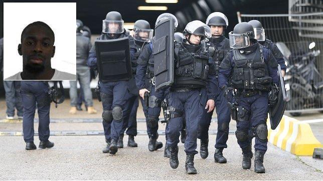La Gendarmería francesa se despliega en torno al supermercado atacado. Arriba, la imagen del asaltante