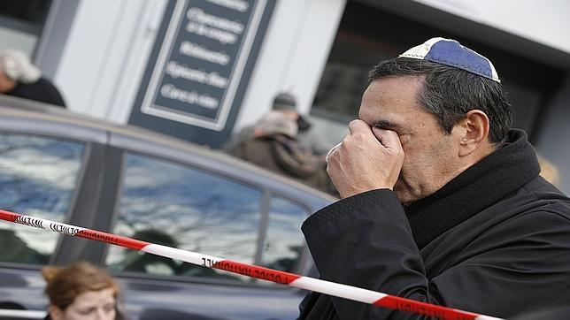 Un hombre judío con una kipá se lamenta de los sucedido este viernes en el supermercado kosher en Porte de Vincennes