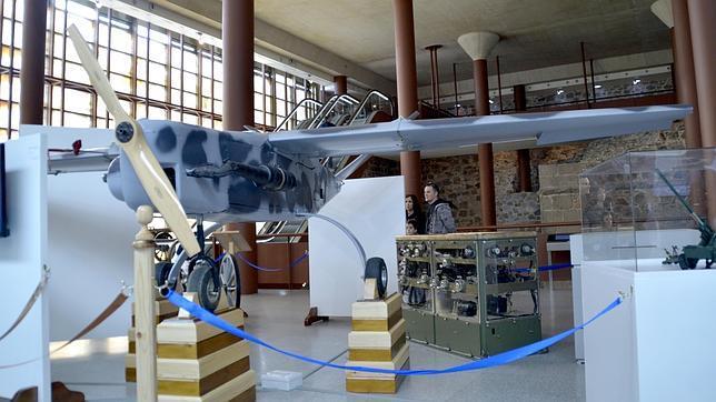 Dos turistas visitan el Museo del Ejército