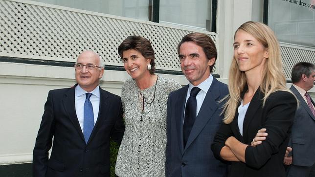 María San Gil junto a José María Aznar en la presentación de su libro en 2013