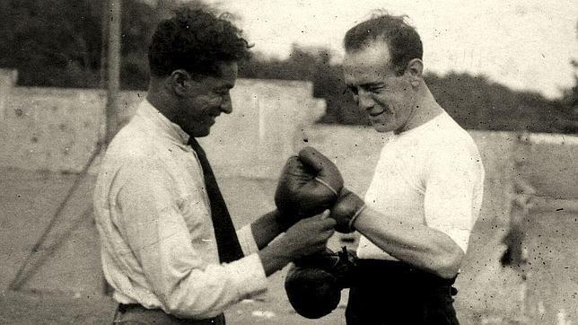 Ignacio Sánchez Mejías se calza los guantes de boxeo en una imagen cedida por La Claqueta Metálica