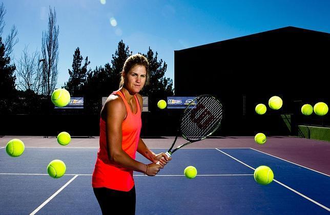 Tita Torró posa en las instalaciones de la Academia Juan Carlos Ferrero en Villena, donde ha pulido su tenis