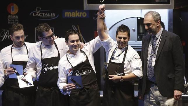 Diego Gallegos (segundo por la derecha), tras ser elegido Cocinero Revelación Madrid Fusión