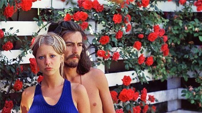 Pattie Boyd y George Harrison, en el jardín de su casa