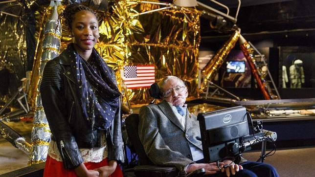 Stephen Hawking con la ganadora del Visitante de Honor de Londres, Adaeze Uyanwah