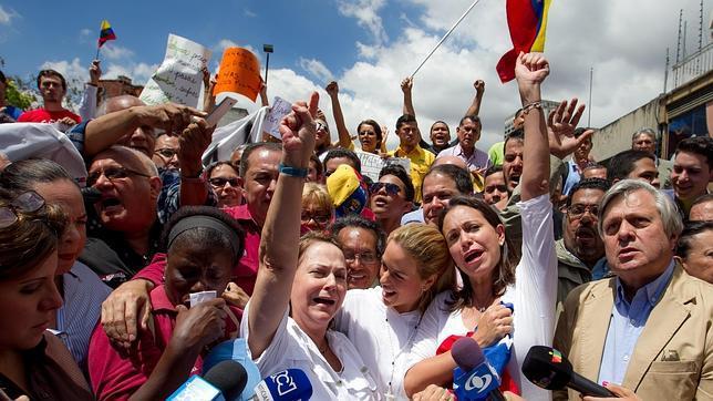La esposa del alcalde mayor de Caracas, Antonio Ledezma, Mitzy Capriles (c-i), acompañada de la esposa del líder político venezolano encarcelado Leopoldo López, Lilian Tintori (c), y de la exdiputada de la Asamblea Nacional (AN) María Corina Machado (c-d)