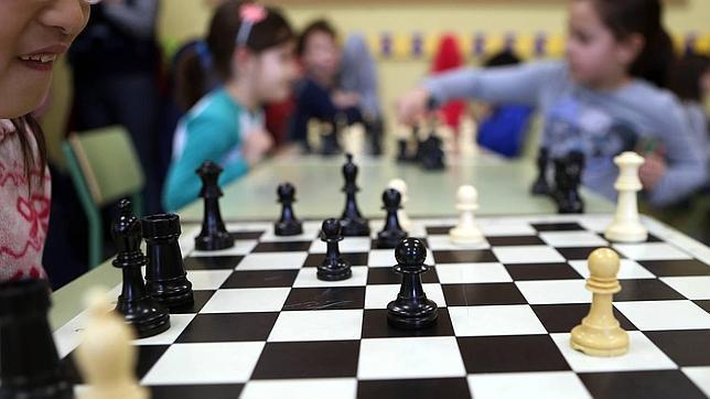 Alumnos de 2º de Primaria en clase de ajedrez en el Colegio Montessori Parque Conde Orgaz de Madrid