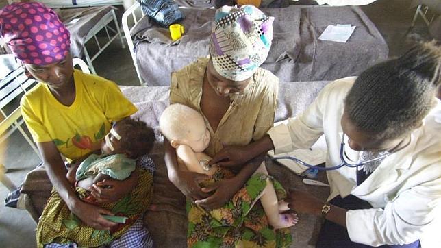Una madre junto a su hijo albino en un hospital de Angola