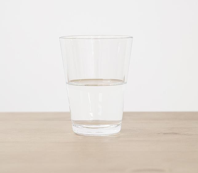 «Vaso de agua medio lleno», 2006, de Wilfredo Prieto