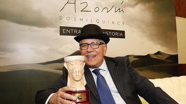 Fernando Delgado posa en Alicante con el premio Azorín 2015