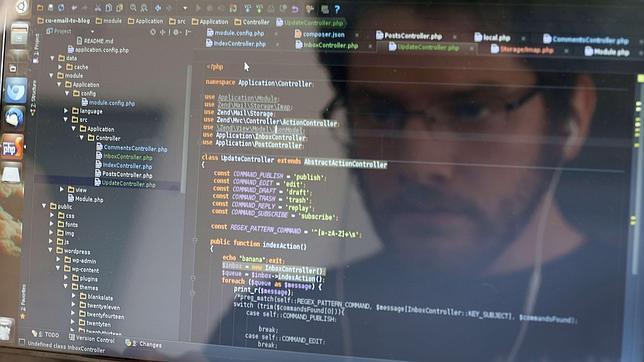 Un desarrollador informático escribe código