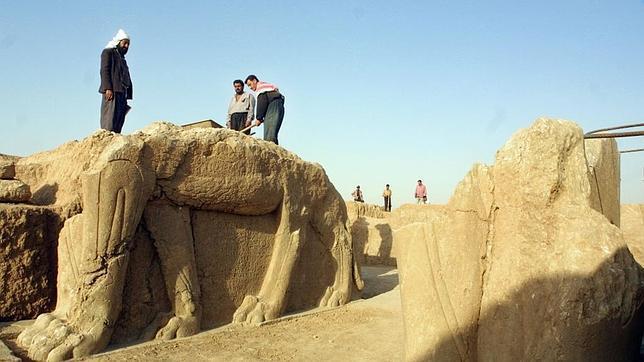 Una imagen de 2001 limpiando una de las estatuas que se podían ver en la ciuda de Nimrud