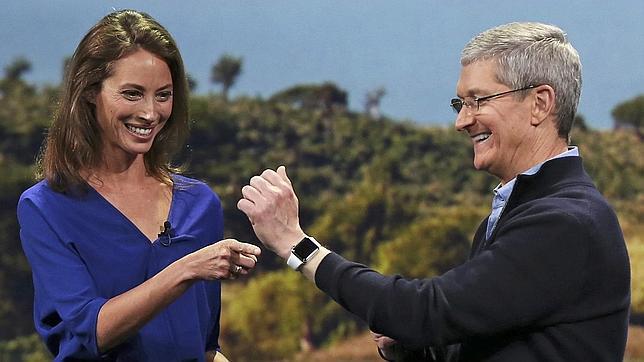 Tim Cook con el Apple Watch. Christy Turlington Burns ya lo ha probado en una carrera