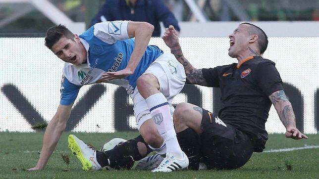 Mattiello, de azul y blanco, en el momento de la lesión
