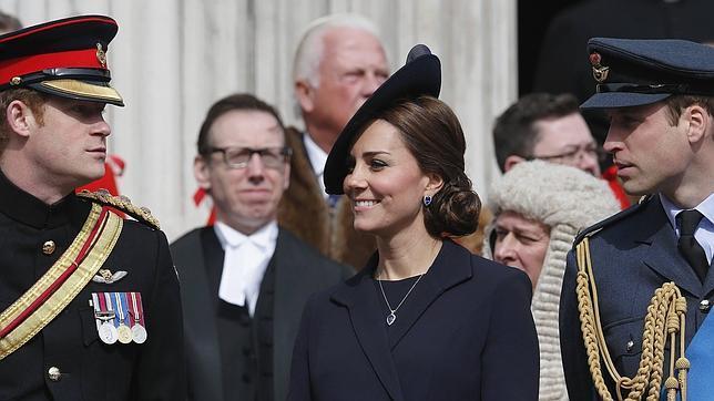 La duquesa, junto a su marido y su cuñado, ayer tras un servicio religioso en la catedral de San Pablo