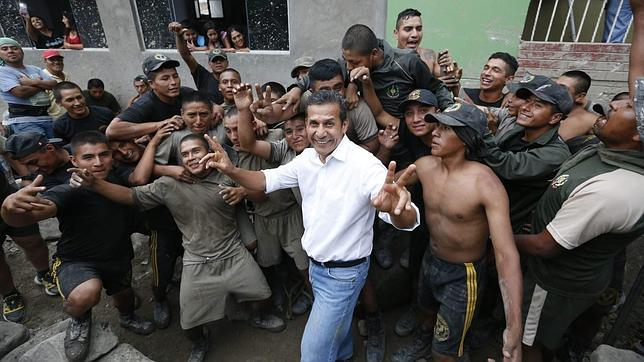 Ollanta Humala (c) visita unas obras de rehabilitación en Chosica (Péru)