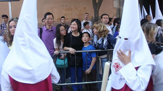 uristas viendo la Semana Santa con guia en Sevilla