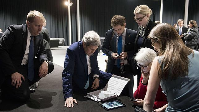 John Kerry, con su equipo, durante la reunión en Lausana