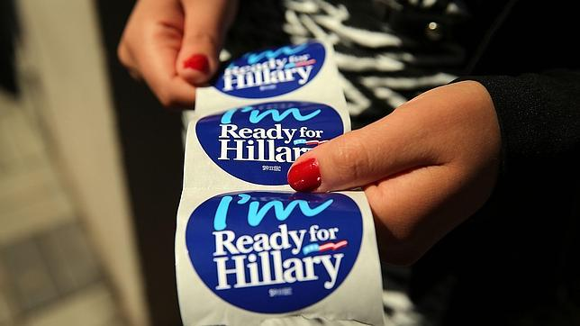 Una de las pegatinas con el mensaje de apoyo a Hillary Clinton