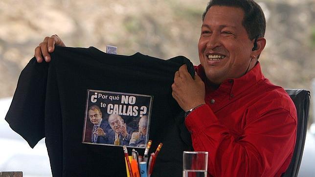 Chávez muestra una camiseta con la fotografía del incidente con el Rey Don Juan Carlos