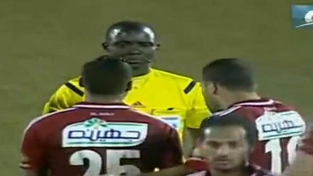 El arbitro, tan tranquilo ante las quejas de los jugadores egipcios