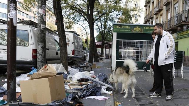 La basura se agolpaba a ambos lados de la acera en Madrid en la calle Ferrocarril