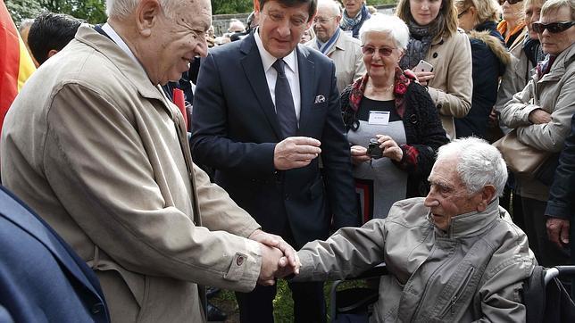 El ministro de Exteriores español José Manuel García Margallo saluda al republicano español Cristobal Soriano