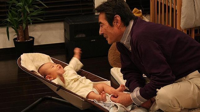 Cuando un adulto o un niño habla con un bebé, suele subir el tono, sonreír más y repetir ciertos sonidos