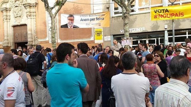 Concentración ante la escuela pía Santa Anna de Mataró para exigir que no se amplíen las horas en castellano