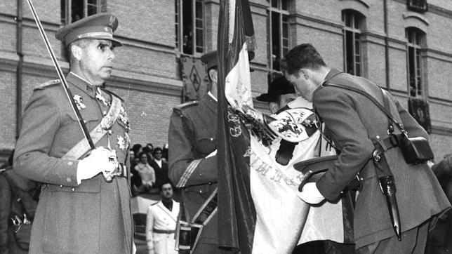Don Juan Carlos jura bandera el 15 de diciembre de 1955 en Zaragoza