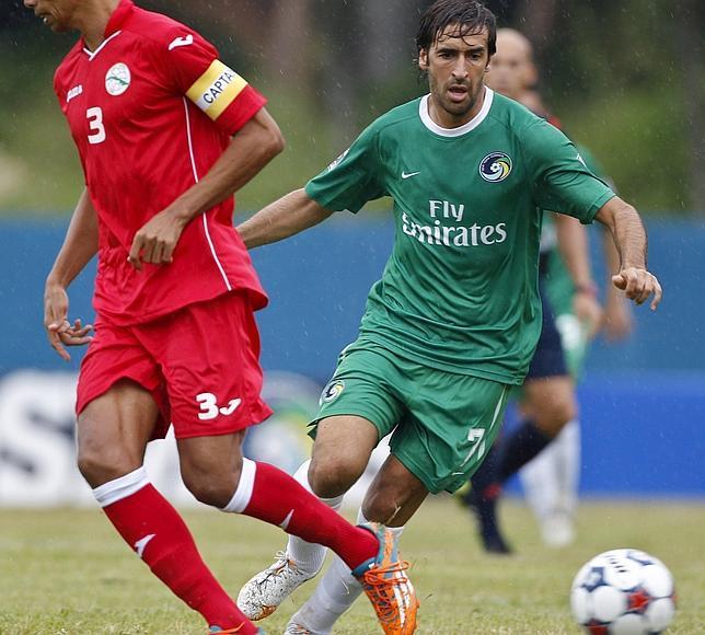 Raúl controla la pelota en el estadio Pedro Marrero de La Habana