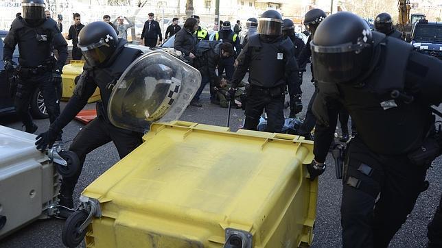 Agentes de las UCS retiran una barricada en un desahucio, el pasado febrero