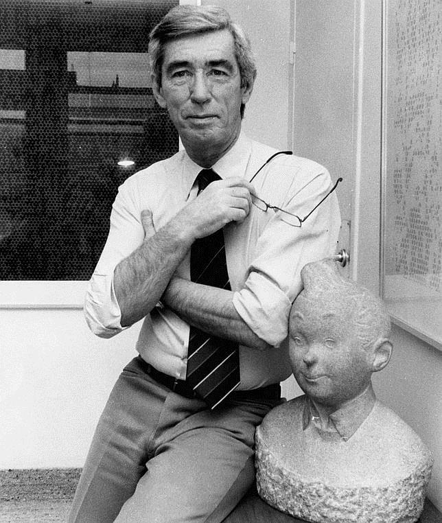 El dibujante y guionista belga George Remi, más conocido como Hergé, fotografiado junto a un busto de Tintín