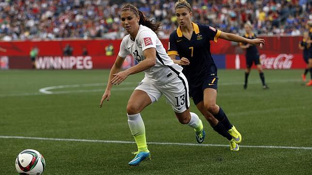 La delantera norteamericana Alex Morgan escapa de la australiana Steph Catley en un partido del Mundial femenino que se celebra estos días en Canadá