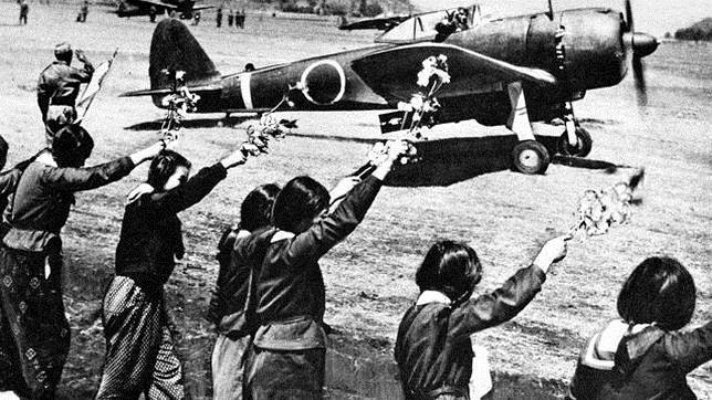 Un aeroplano usado por los Kamikaze es despedido por varias chicas de secundaria
