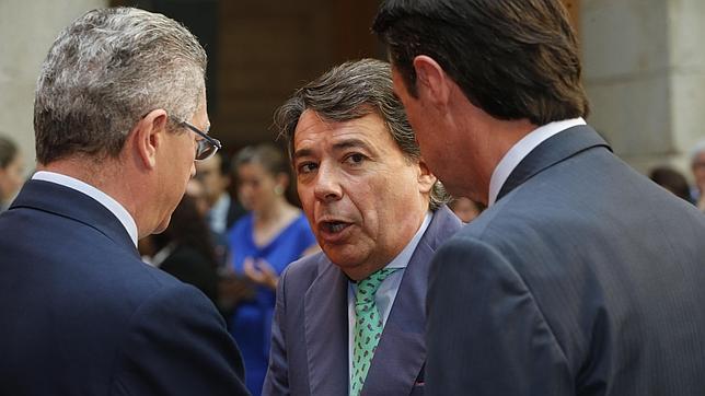 El expresidente de la Comunidad de Madrid, Ignacio González, conversa con el también expresidente Alberto Ruiz-Gallardón y el ministro de Industria, José Manuel Soria