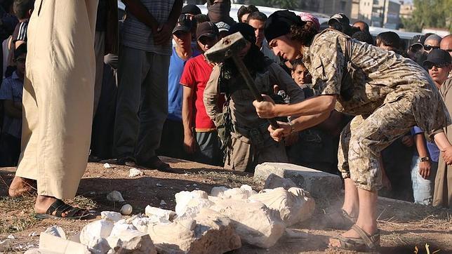 Destrucción de estatuas en Palmira, a manos de fanáticos del DAESH